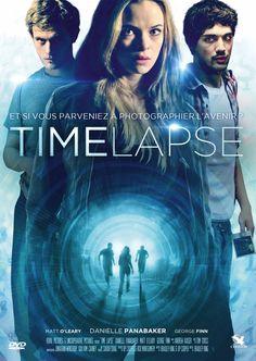 Finn, Callie et Jasper, trois jeunes colocataires, découvrent le cadavre de leur voisin scientifique. En inspectant sa maison, ils tombent surune mystérieuse machine qui semble chaque jour photographier leur propre salon 24h à l'avance. Excités...