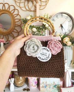 Sac en crochet laine marron doublé tissu fleuri avec fleurs en | Etsy Coton Vintage, Gris Rose, Straw Bag, Etsy, Scrap, Bags, Fabric Flowers, Crochet Flowers, Paper Scraps