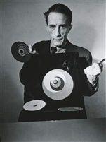 Marchel Duchamp avec ses rotoreliefs dans rêves à vendre von Arnold Eagle