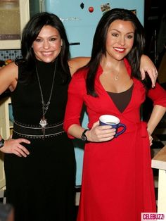 Chef and talk show host Rachael Ray and her twin look like bffs. Fantastic Art, Awesome Art, Amazing, Gorgeous Women, Beautiful People, Wax Museum, Madame Tussauds, Caricature, Movie Stars