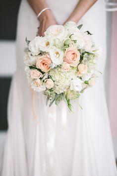 Der Brautstrauß besteht aus: Rosen, Polyantherrosen, Lysianthus, Astrancia und Hortensie