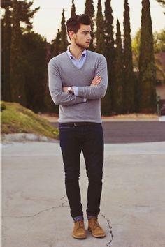 Acheter la tenue sur Lookastic: https://lookastic.fr/mode-homme/tenues/pull-a-col-en-v--jean-bottines-chukka-ceinture/96 — Chemise à manches longues bleu — Pull à col en v gris — Jean bleu marine — Bottines chukka en daim brun clair — Ceinture en cuir brun