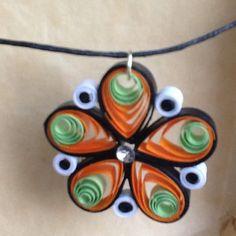 Collier avec pendentif en quilling, papier roulé : Collier par dibavalem