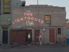 The Lighthouse Cafe was one of the many California locations used in the Academy Award nominated film La La Land. It is located in Hermosa Beach Ryan Gosling, Movies And Series, Movies And Tv Shows, Emma Stone, Lighthouse Cafe, Damien Chazelle, California Location, Jazz Bar, Destinations