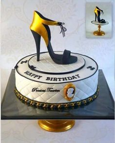 Black and Gold heel cake Bolo Gucci, Bolo Chanel, Chanel Cake, Shoe Box Cake, Shoe Cakes, Pretty Cakes, Beautiful Cakes, Amazing Cakes, Girly Cakes