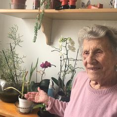 Sabe aquelas pessoas que amam cuidar das flores? Essa é minha querida e fofa vozinha de 94 anos e uma menina!! Amo de paixão  Para essa foto a exigência da dona Nair foi para que suas orquídeas ficassem em destaque na foto rsss( ownn). Pedido mais que aceito!!  #love #vozinha #amodemais #flores