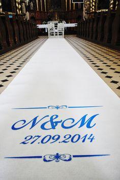 Dekoracja kościoła do ślubu biały dywan wynajem wypożyczenie  www.fabrykaslubu.pl