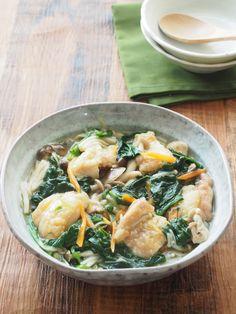 ほうれん草と鶏肉のしょうがあん煮込み by 河埜 玲子 / 今が旬で甘味のあるほうれん草を、鶏肉やきのこの旨みたっぷりのしょうがあんで食べる味わい深い一品です。調理時間は短いですが、食材の旨みで、じっくり煮込んだような美味しさになります。食物繊維たっぷりのきのこを合わせることで、糖質の吸収がよりゆっくりに。甘めの味付けですが、スローカロリーシュガーだと、すっきりとした甘味でくどくなく、素材の味が生きます。 / Nadia