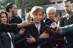 """La periodista Carmen Aristegui consideró que el despido de ella y sus colaboradores por parte de MVS Radio fue """"injustificado"""" y un atentado a la libertad de expresión.  """"Vamos a dar la batalla"""", dijo la periodista, reunida ese lunes con su equipo afuera de las instalaciones de la radiodifusora.  Entre quienes la acompañaron este lunes, se encontraba el historiador Lorenzo Meyer, quien semanalmente participaba en una mesa de análisis. Aristegui ofreció una improvisada declaración a los…"""