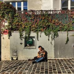 #Sitting in the #sunshine on the #sidewalk in #Montmartre #reading a #book wherever you are in #Paris (at Les Vignes De Montmartre)