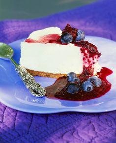 Joghurtcreme-Torte mit Heidelbeeren | http://eatsmarter.de/rezepte/joghurtcreme-torte-mit-heidelbeeren