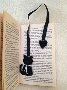 Making bookmarks - 33 creative ideas on how to make bookmarks yourself - Lesezeichen, . Felt Bookmark, Bookmark Craft, Diy Bookmarks, How To Make Bookmarks, Crochet Bookmarks, Ribbon Bookmarks, Felt Crafts Diy, Fabric Crafts, Sewing Crafts