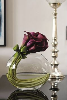 Most up-to-date Images Calla Lily ikebana Popular Calla lilies are the perfect bouquet flower. This lamps with this African-american blossom are gener Arte Floral, Deco Floral, Lys Calla, Calla Lillies, Carnations, Simple Flowers, Beautiful Flowers, Flowers In A Vase, Simply Beautiful