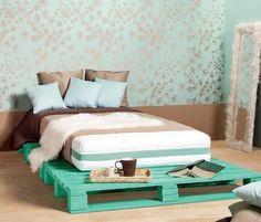 Een bed frame van pallets. Als je de kleur weer zat bent, kan je 'm gewoon weer een ander kleurtje geven.