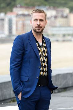 Ryan Gosling Is Single-Handedly Making The V-Neck Sweater Cool AgainEsquire Uk Ryan Gosling Hair, Ryan Gosling Style, Rachel Johnson, Winter Fashion Boots, All Black Outfit, Haircuts For Men, Men's Haircuts, Famous Men, Sweater Fashion