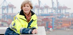 """HHLA Hamburger Hafen und Logistik AG:  Die Entwicklerin:  Gerlinde John hat die Idee des Leitstandes auf dem CTA mit Leben gefüllt und ihn zum Laufen gebracht. Seither leitet sie die Terminal-Eentwicklung. Aktuell arbeitet sie an einer neuen Vision – """"CTA 2020""""."""