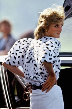 Style icon Diana Princess of Wales aka Lady Di – a look back at her fashion development. How to make a statement in style Lady Diana Spencer, Princess Diana Dresses, Princess Diana Fashion, Cobalt Blue Dress, Polo Match, Musa, Look Vintage, Princess Of Wales, Look Chic