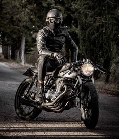 Travel, Cafe Racers and Fashion. Enfield Motorcycle, Motorcycle Style, Biker Style, Motorcycle Helmets, Motorcycle Fashion, Cb400 Cafe Racer, Cafe Racer Honda, Cafe Racer Bikes, Cafe Racers