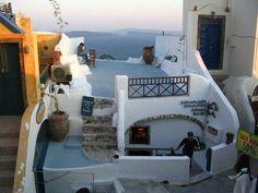 Atlantis Book est une librairie grecque qui surplombe l'île volcanique de Santorini. Gérée par un collectif d'artistes, la librairie organise des pièces de théâtre et des projections de cinéma en plein air.  De pures merveilles à découvrir sur leur page!  http://trabalibros.com/librerias/i/3830/93/atlantis-books-en-santorini