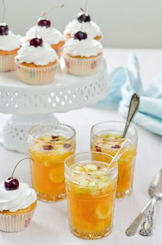 """En una introducción a las comidas de fiestas dominicanas en nuestro libro, Jill Wyatt escribió: """"Al igual que los cumpleaños no se pueden celebrar apropiadamente sin un ponche azucarado donde flota..."""