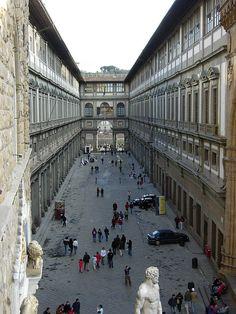 Firenze - Il cortile della Galleria degli Uffizi  visto da Palazzo Vecchio