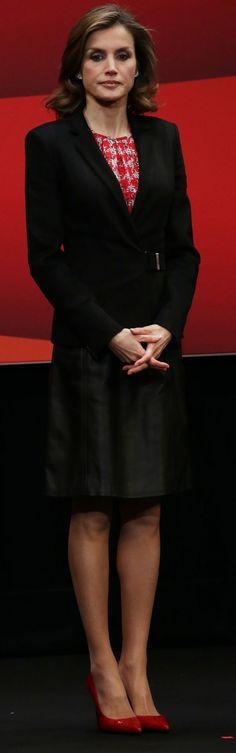 La Reina Letizia aparece con un look apagado en la entrega de las Medalla de las Bellas Artes, en San Sebastián.