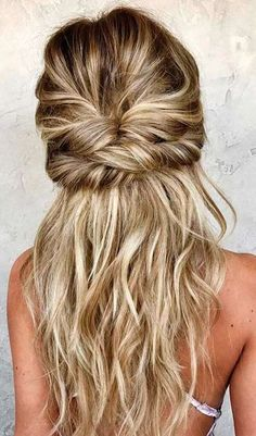See our collection of easy hairstyles that are just the perfect for spring break as it is the time to have much fun rather than pay extra attention to the way your hair looks. -- Visit the image link for more details. Spring Hairstyles, Twist Hairstyles, Cool Hairstyles, Wedding Hairstyles, Easy Hairstyle, Hairstyles 2018, Hairstyle Ideas, Brunette Hairstyles, Beehive Hairstyle