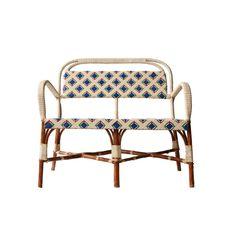 Sillón con estructura de fibra natural, con asiento y respaldo de fibra sintética en diferentes colores tranzada a mano. Origen:Francia Época:1960