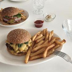 Image about food in Hamburguer by cinderelamodernizada Imagem de food, fast food, and burger # Think Food, I Love Food, Good Food, Yummy Food, Yummy Yummy, Comida Picnic, Food Goals, Cafe Food, Aesthetic Food