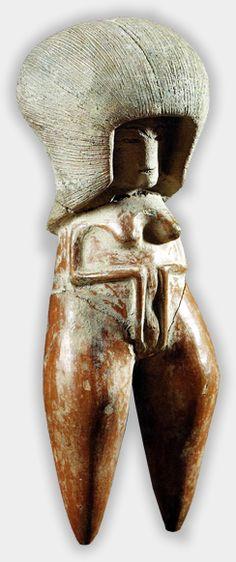 Venus de Valdivia La antiquísima cerámica de Valdivia se esmeró en levantar vasijas comunes y ceremoniales, que poseen ya excelentes atributos plásticos como ser: diseños formales equilibrados espacialmente y una profusa ornamentación geométrica esgrafiada, bien compuesta y con distintos valores de línea.