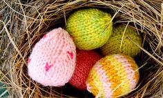 Mindjárt nyakunkon a húsvét! A húsvéti teendők mellett nem tudom, kinek mennyi ideje marad kötésre/horgolásra, én idén elhatároztam, hogy a locsolóknak megpróbálok minél több kötött tojást készíteni. A festett tojást mi egy darabi gtartogatjuk otthon, aztán megromlik és ki kell dobni, egy-egy kötött/horgolt darab...