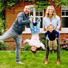 Short History of SACCONEJOLYs When Jonathan Joly married Anna Saccone they both decided that instead of Anna dropping her family name they would both take ea. Saccone Jolys, Anna Saccone, Cute Family, Beautiful Family, Family Vloggers, Youtube Vloggers, Going Blonde, Famous Youtubers