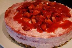 American Cheesecake mit Streuseln und Erdbeeren. American Cheesecake with crumbles and strawberries.