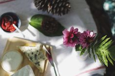 A mesa puesta / Cheese and Wine   http://www.conbotasdeagua.com/cheese-and-wine/