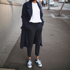 Minimalist - Comfort - Chic - Style - Idea - Trenchcoat - Long - Jeans - T-Shirt - Minimalist Outfit - Winter Mode Mode Outfits, Winter Outfits, Fashion Outfits, Womens Fashion, Latest Fashion, Fashion Ideas, Sneakers Fashion, Normcore Fashion, Athleisure Fashion
