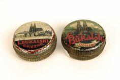 Dwa opakowania po cukierkach, 1920-1939 r.; blacha stalowa, barwiona; wym.: śr. 7 cm, wys. 2,8 cm.