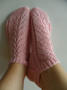 Ravelry: Pinky pattern by Trude Hertaas Lace Socks, Crochet Socks, Knitting Socks, Knit Crochet, Ravelry Crochet, Knit Socks, Knitting Patterns Free, Knit Patterns, Free Knitting