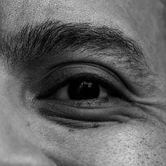 Mismos ojos otra mirada Pasajes que guian al alma Las ventanas de mi mundo Algo de dentro se cuela al verlos Y al hacerlo cambiaremos Ambos seremos reflejos En los cuencos de ojos ajenos #autorretrato #poema #poem #selfportrait #instapoem #poesia #instalike #instadaily #instamood #instagood #instacool #instahub #instafoto #instapic #foto #photooftheday #picoftheday #photographer #fotografosDeVenezuela #FotografosDeCaracas #igers #igersven #igersvzla #ojos #eyes #mirada #bn #bw #zeuscronos