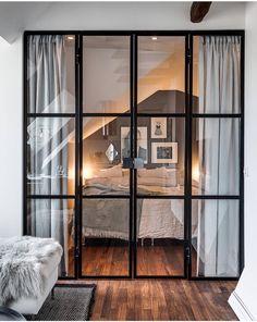 Une chambre camouflée derrière une verrière