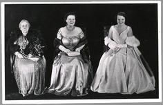 Van links naar rechts: prinses Wilhelmina, koningin Juliana en prinses Beatrix