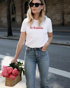 Blanca y con mensaje, ¿sabes ya cuál es la prenda indispensable de este verano?