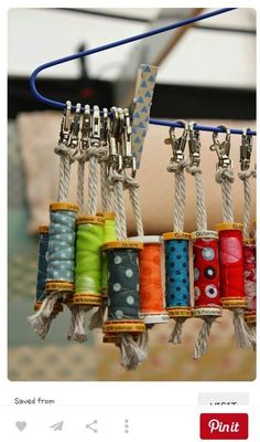 made with old wooden spoolsEmpty sewing bobbins turned into key chains!DIY Gifts And Wrap 2018 Porte-clés pour couturières!Love this idea for recycling empty cotton reels into fabric covered key chains or bag tags Si en plus les bobines sont en bois, c Sewing Hacks, Sewing Crafts, Sewing Ideas, Craft Projects, Sewing Projects, Diy And Crafts, Arts And Crafts, Easy Crafts, Diy Gifts