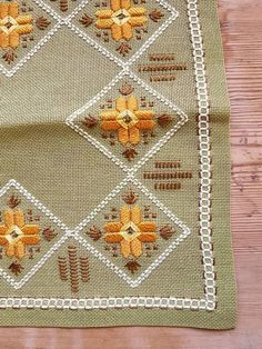 Diy Crafts - Beautiful embroidered tablecloth in green linen, good condition. The size is: 9 x 9 (inch) The material is cotton, co Types Of Embroidery, Learn Embroidery, Modern Embroidery, Hand Embroidery Designs, Embroidery Patterns, Hardanger Embroidery, Embroidery Stitches, Cross Stitch Designs, Cross Stitch Patterns