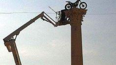L'installazione della moto sulla colonna lo scorso settembre. M.P.
