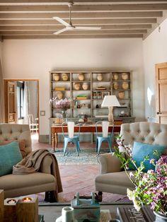 00383405 O. Salón con zona de trabajo con librería con vasijas de barro y sillas azules 00383405 O