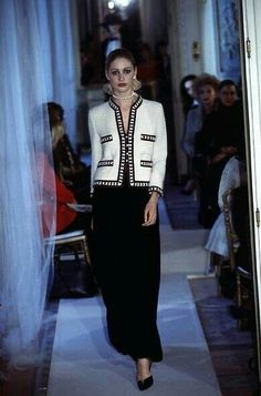 This is how the Chanel jacket fits together. # # trends # , Come abbinare la giacca Chanel. Giacca in tweed, giacchina bouclé. Moda Fashion, 80s Fashion, White Fashion, Vintage Fashion, Fashion Outfits, Fashion Trends, Fashionable Outfits, Classic Fashion, Fashion Weeks