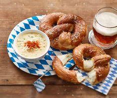Vous avez envie d'un plat végétarien bavarois? Servez des bretzels frais cuits au four avec une crème de fromage épicée! Soft Pretzels, Doughnuts, Bagel, Granola, Pumpkin Spice, Pesto, Sandwiches, Spices, Healthy