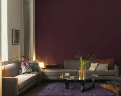 Déco salon pour une ambiance chaleureuse avec un mur couleur chocolat. Autres murs peinture lin et belle harmonie avec un tapis violet
