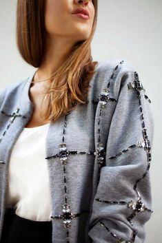 Bonita chaqueta ¿verdad? pues es un trabajo DIY (hazlo tú mismo) del bloga pair and a spare diy Los proyectos de este tipo son ideales para el fin de semana. Son divertidos, creativos y muy relajantes. Solo necesitas una sudadera básica, pegamento textil (o aguja e hilo) y un montón de abalorios. Puedes encontrar cientos ... Seguir leyendo...