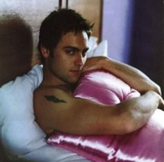 Stuart Townsend<3 I want to be that pillow.
